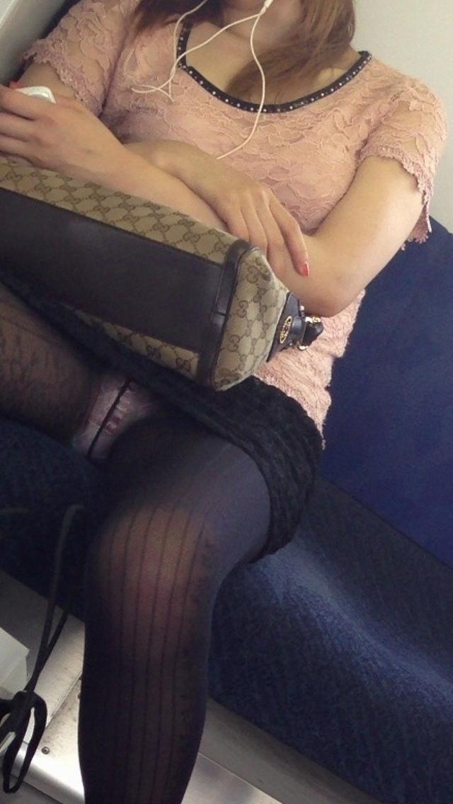 【電車内盗撮エロ画像】電車内で狙った素人娘たちのパンチラや胸チラwww 27