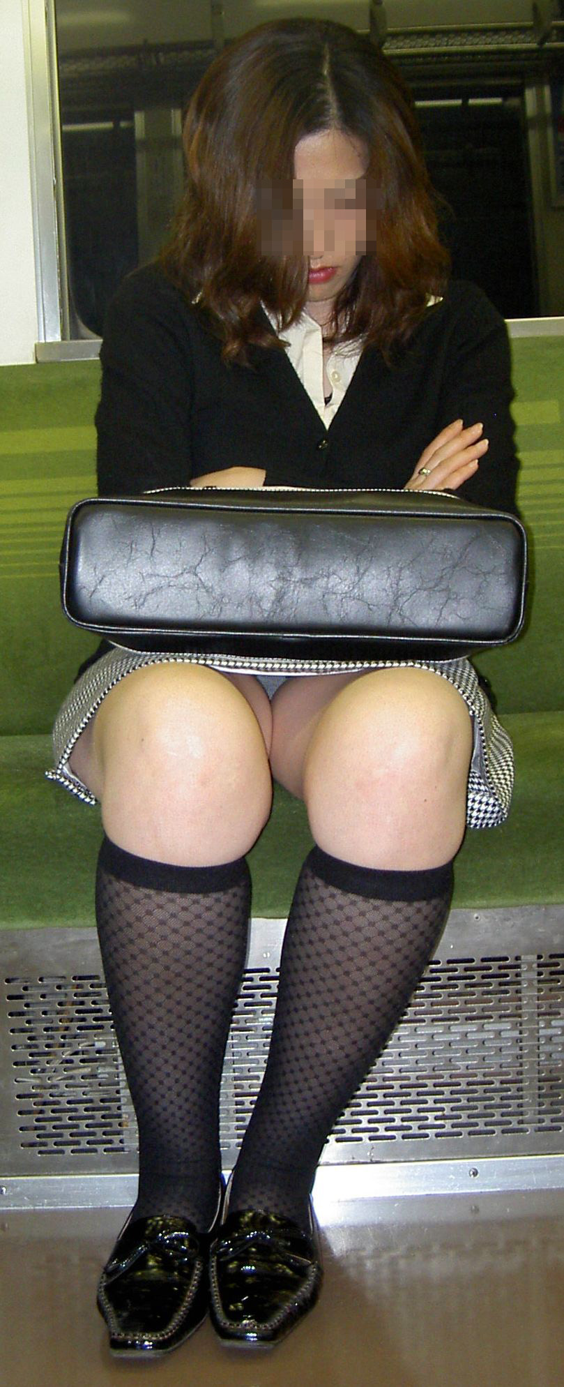 【電車内盗撮エロ画像】電車内で狙った素人娘たちのパンチラや胸チラwww 29