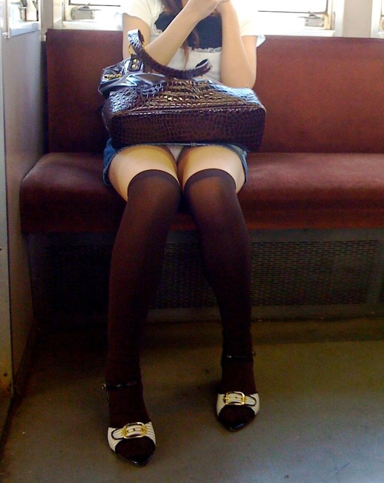【電車内盗撮エロ画像】電車内で狙った素人娘たちのパンチラや胸チラwww 35