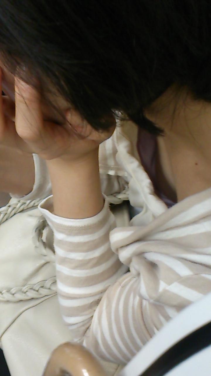 【電車内盗撮エロ画像】電車内で狙った素人娘たちのパンチラや胸チラwww 36