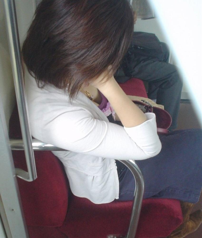 【電車内盗撮エロ画像】電車内で狙った素人娘たちのパンチラや胸チラwww 42