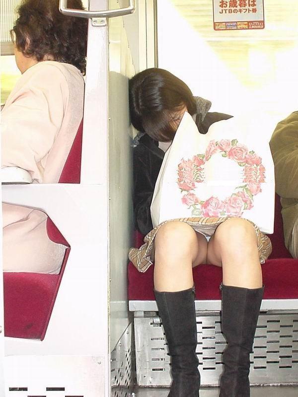 【電車内盗撮エロ画像】電車内で狙った素人娘たちのパンチラや胸チラwww 47