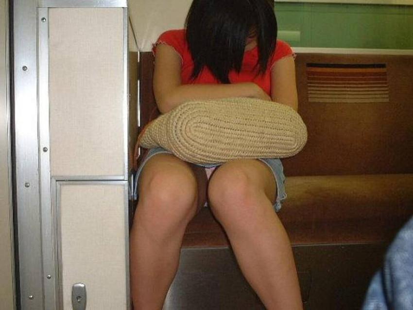 【電車内盗撮エロ画像】電車内で狙った素人娘たちのパンチラや胸チラwww 48