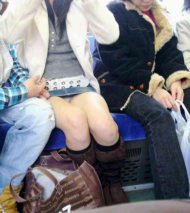 【電車内盗撮エロ画像】電車内で狙った素人娘たちのパンチラや胸チラwww 51
