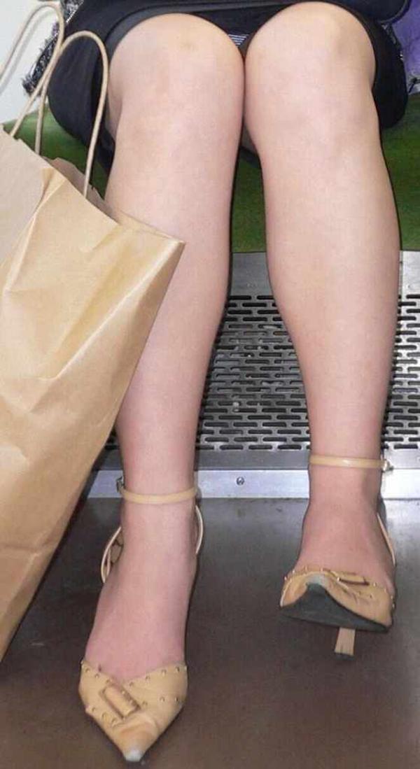 【電車内盗撮エロ画像】電車内で狙った素人娘たちのパンチラや胸チラwww 52