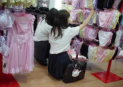 【下着売り場】パ○ティーとブラを選ぶ女の子たち