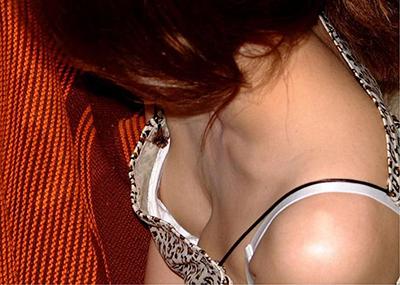 白ブラジャーが見えた清楚な胸チラブラチラエ□画像
