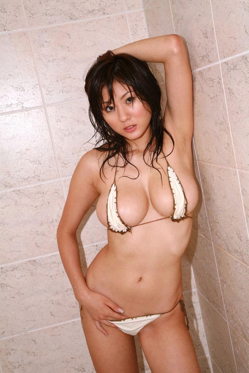 【マイクロビキニエロ画像】こんな裸同然の水着で人前に立つなんて正気とは思えないw 22