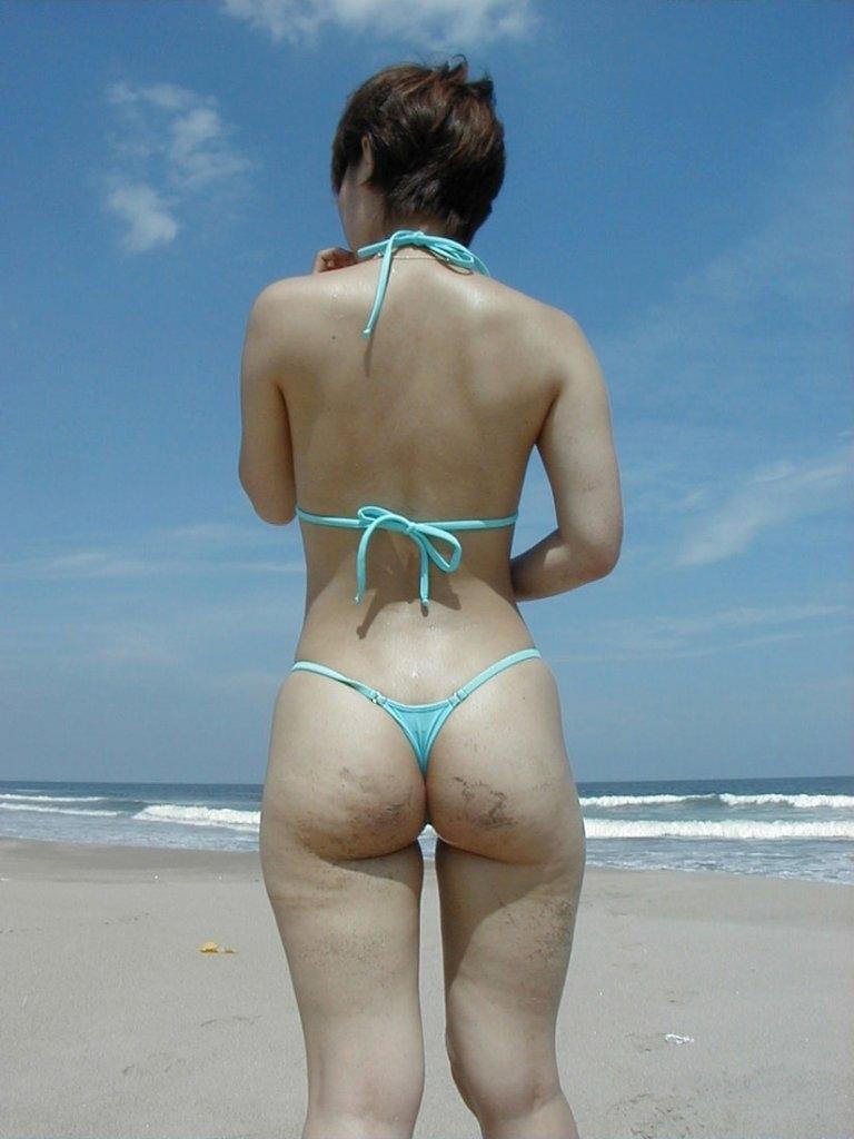 【マイクロビキニエロ画像】こんな裸同然の水着で人前に立つなんて正気とは思えないw 43
