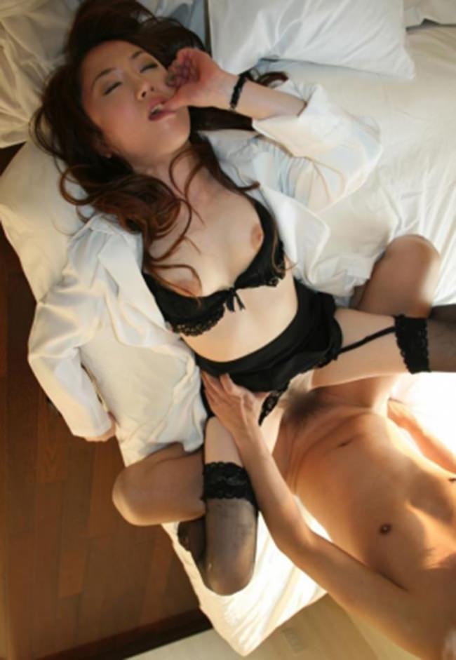 【着衣セックスエロ画像】セックスもオシャレも両方一度に楽しんでしまう着衣セックス! 32