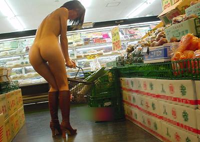 【店内露出エロ画像】営業中の店内で露出プレイとか正気とは思えない素人娘!