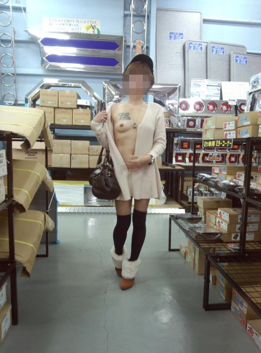【店内露出エロ画像】営業中の店内で露出プレイとか正気とは思えない素人娘! 12