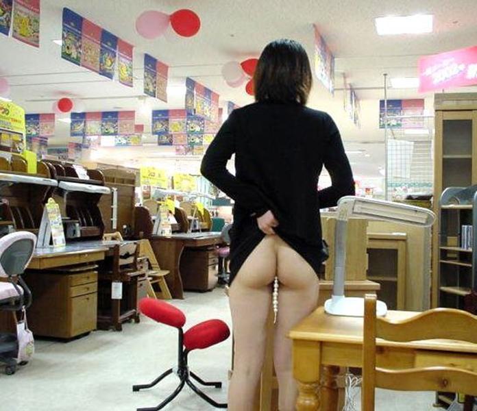 【店内露出エロ画像】営業中の店内で露出プレイとか正気とは思えない素人娘! 25