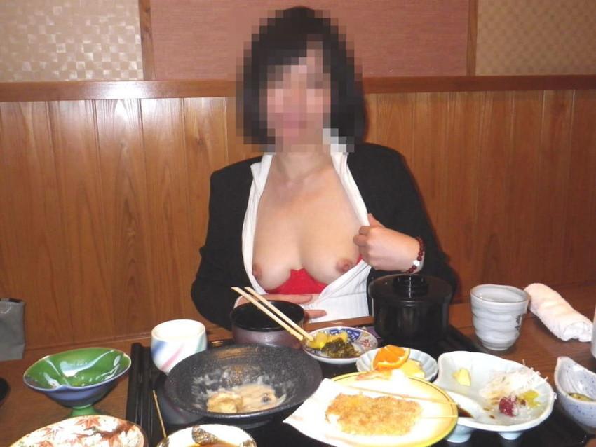 【店内露出エロ画像】営業中の店内で露出プレイとか正気とは思えない素人娘! 53