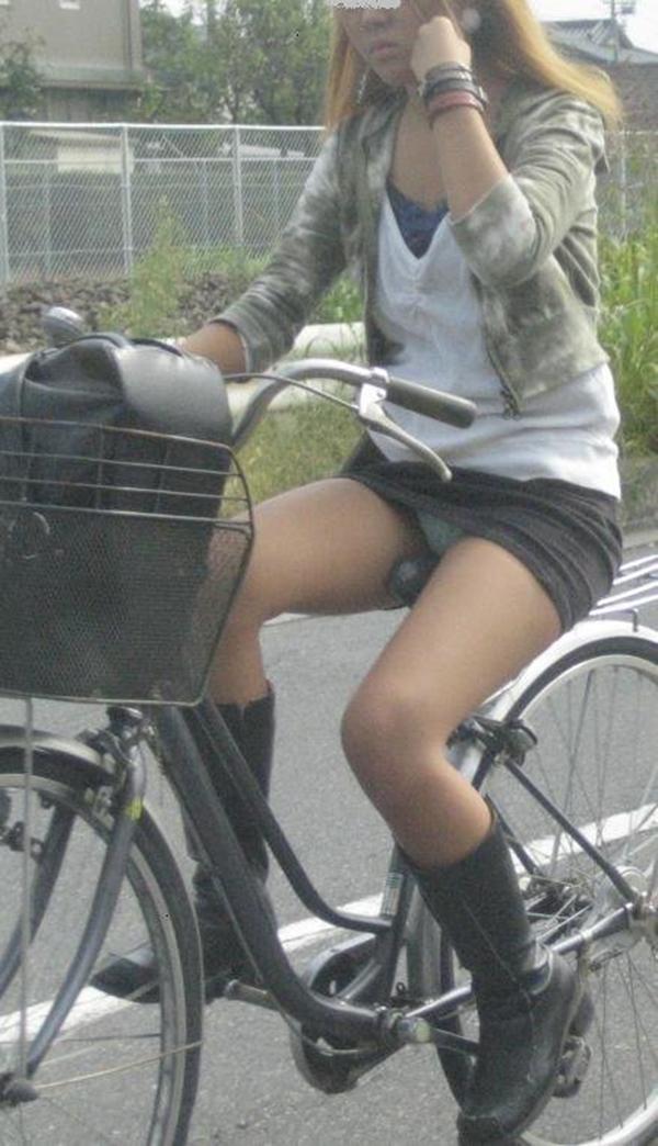 【街撮りパンチラエロ画像】街中で見かけたハプニング!素人娘のパンツがチラリ! 03