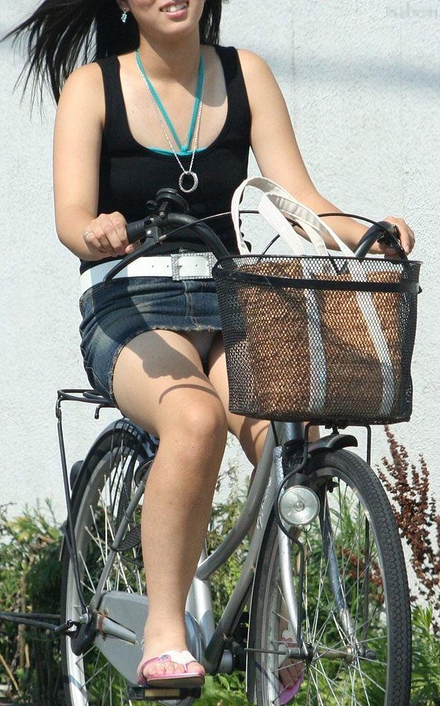 【街撮りパンチラエロ画像】街中で見かけたハプニング!素人娘のパンツがチラリ! 09