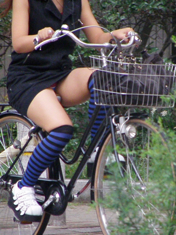 【街撮りパンチラエロ画像】街中で見かけたハプニング!素人娘のパンツがチラリ! 14