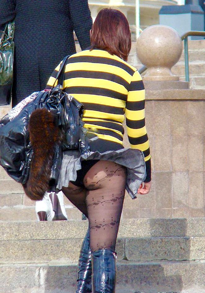 【街撮りパンチラエロ画像】街中で見かけたハプニング!素人娘のパンツがチラリ! 22