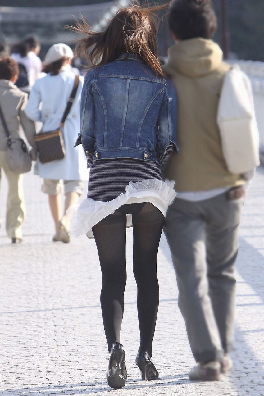 【街撮りパンチラエロ画像】街中で見かけたハプニング!素人娘のパンツがチラリ! 23