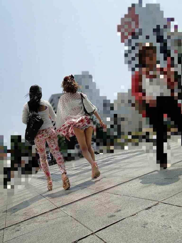 【街撮りパンチラエロ画像】街中で見かけたハプニング!素人娘のパンツがチラリ! 25