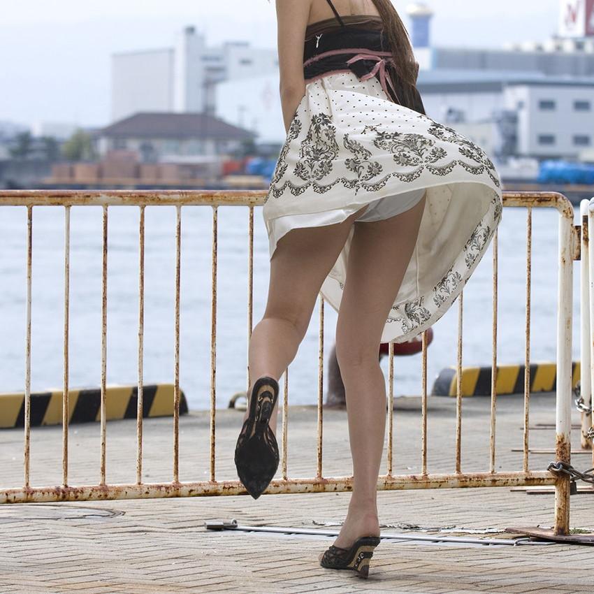 【街撮りパンチラエロ画像】街中で見かけたハプニング!素人娘のパンツがチラリ! 33