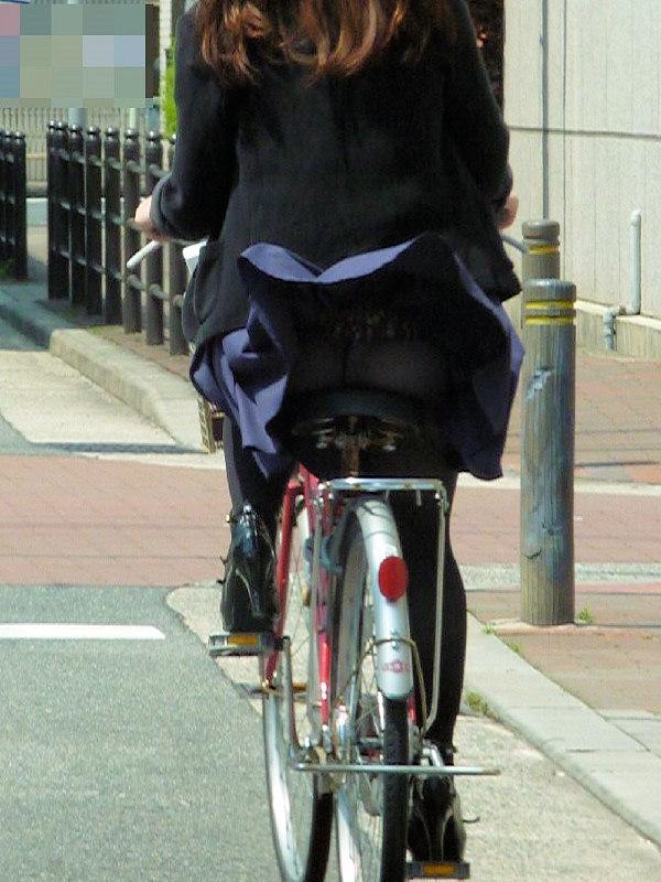 【街撮りパンチラエロ画像】街中で見かけたハプニング!素人娘のパンツがチラリ! 37