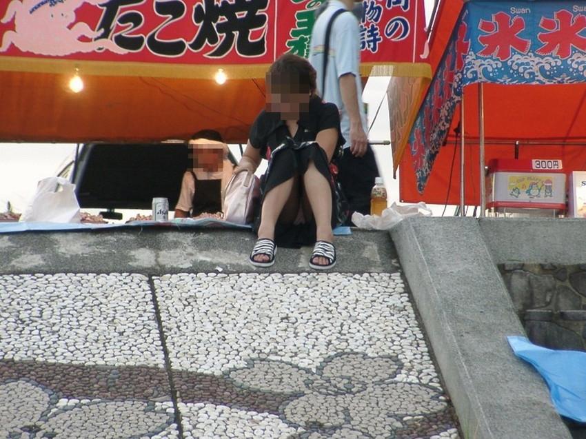 【街撮りパンチラエロ画像】街中で見かけたハプニング!素人娘のパンツがチラリ! 49