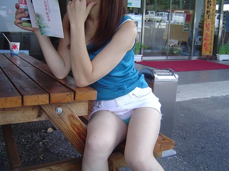 【街撮りパンチラエロ画像】街中で見かけたハプニング!素人娘のパンツがチラリ! 52