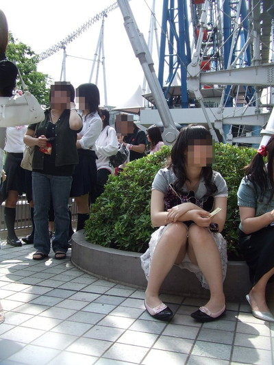 【街撮りパンチラエロ画像】街中で見かけたハプニング!素人娘のパンツがチラリ! 02