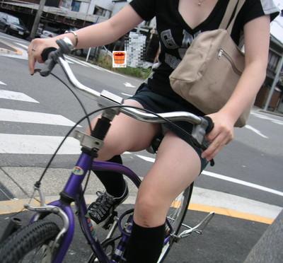 【街撮りパンチラエロ画像】街中で見かけたハプニング!素人娘のパンツがチラリ! 06