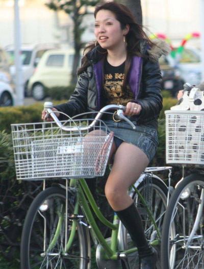 【街撮りパンチラエロ画像】街中で見かけたハプニング!素人娘のパンツがチラリ! 17