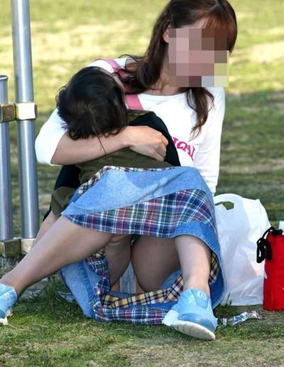 【街撮りパンチラエロ画像】街中で見かけたハプニング!素人娘のパンツがチラリ! 18