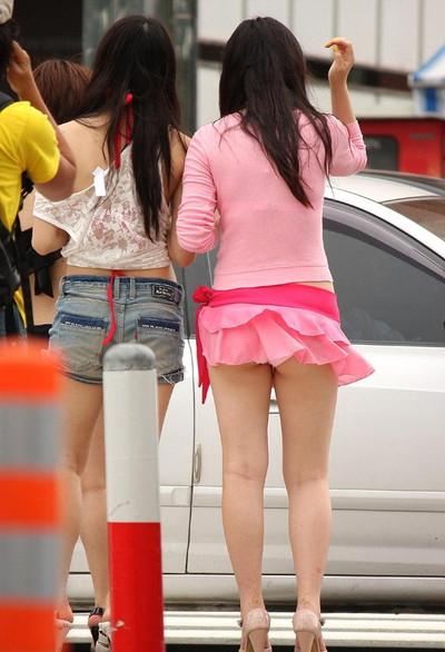 【街撮りパンチラエロ画像】街中で見かけたハプニング!素人娘のパンツがチラリ! 24