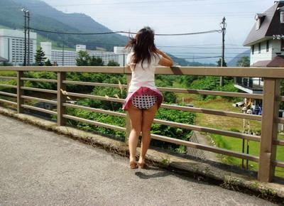 【街撮りパンチラエロ画像】街中で見かけたハプニング!素人娘のパンツがチラリ! 26