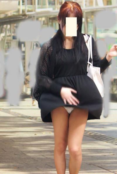 【街撮りパンチラエロ画像】街中で見かけたハプニング!素人娘のパンツがチラリ! 29
