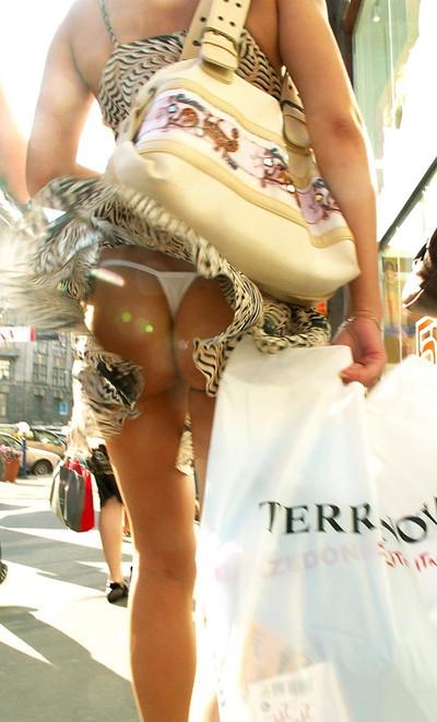 【街撮りパンチラエロ画像】街中で見かけたハプニング!素人娘のパンツがチラリ! 31