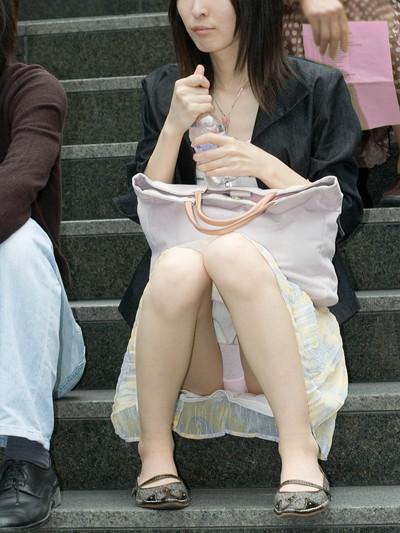 【街撮りパンチラエロ画像】街中で見かけたハプニング!素人娘のパンツがチラリ! 38
