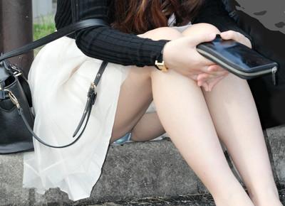 【街撮りパンチラエロ画像】街中で見かけたハプニング!素人娘のパンツがチラリ! 40