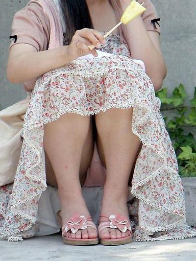 【街撮りパンチラエロ画像】街中で見かけたハプニング!素人娘のパンツがチラリ! 43