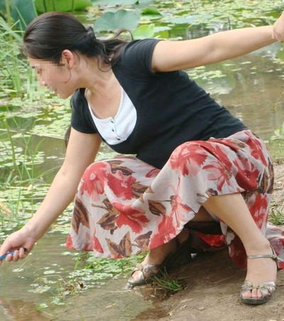 【街撮りパンチラエロ画像】街中で見かけたハプニング!素人娘のパンツがチラリ! 44