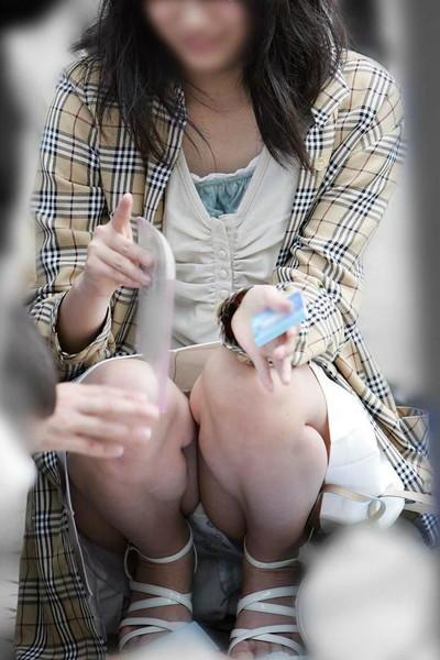 【街撮りパンチラエロ画像】街中で見かけたハプニング!素人娘のパンツがチラリ! 50