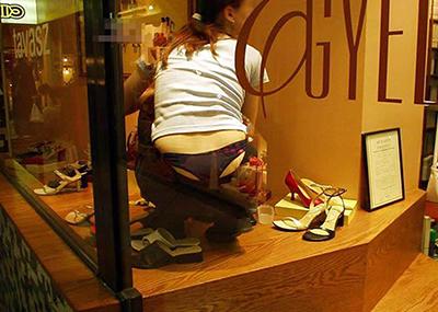 【ローライズエロ画像】こんなファッションありか!?パンツがはみ出してるのは当たり前w