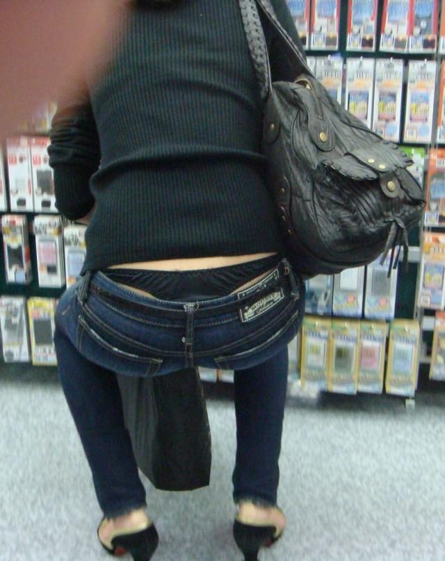 【ローライズエロ画像】こんなファッションありか!?パンツがはみ出してるのは当たり前w 25