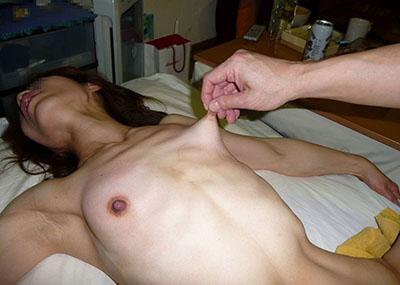 これが伸び~る乳首www抓って摘まれ引っ張る乳首が伸びすぎなんだがwwww