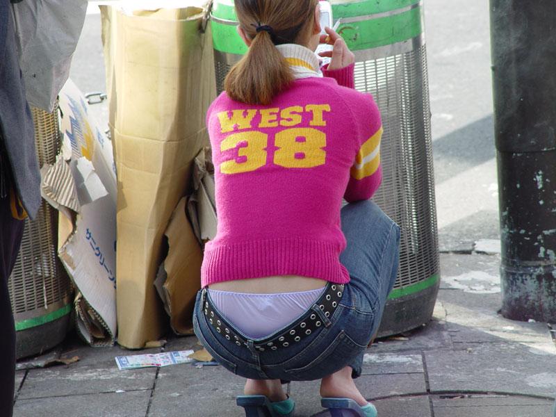 【ローライズエロ画像】パンチラを気にしてたら着用不可なローライズパンツw 04
