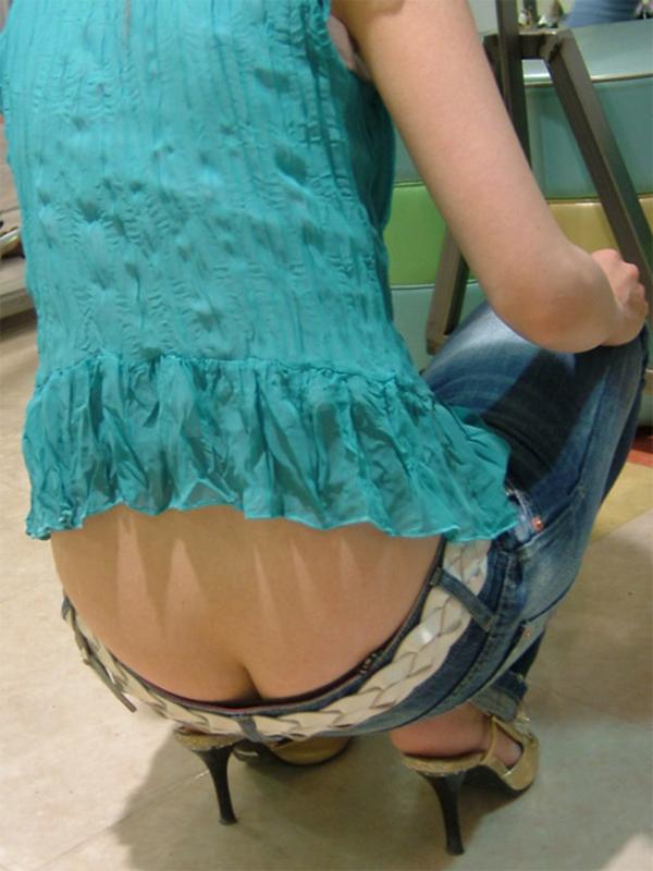 【ローライズエロ画像】パンチラを気にしてたら着用不可なローライズパンツw 24