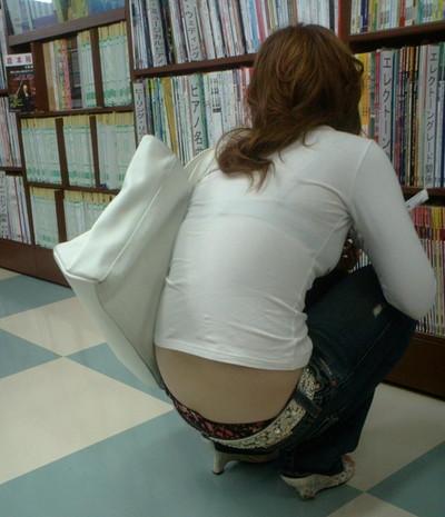 【ローライズエロ画像】パンチラを気にしてたら着用不可なローライズパンツw 07