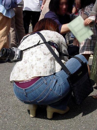 【ローライズエロ画像】パンチラを気にしてたら着用不可なローライズパンツw 53