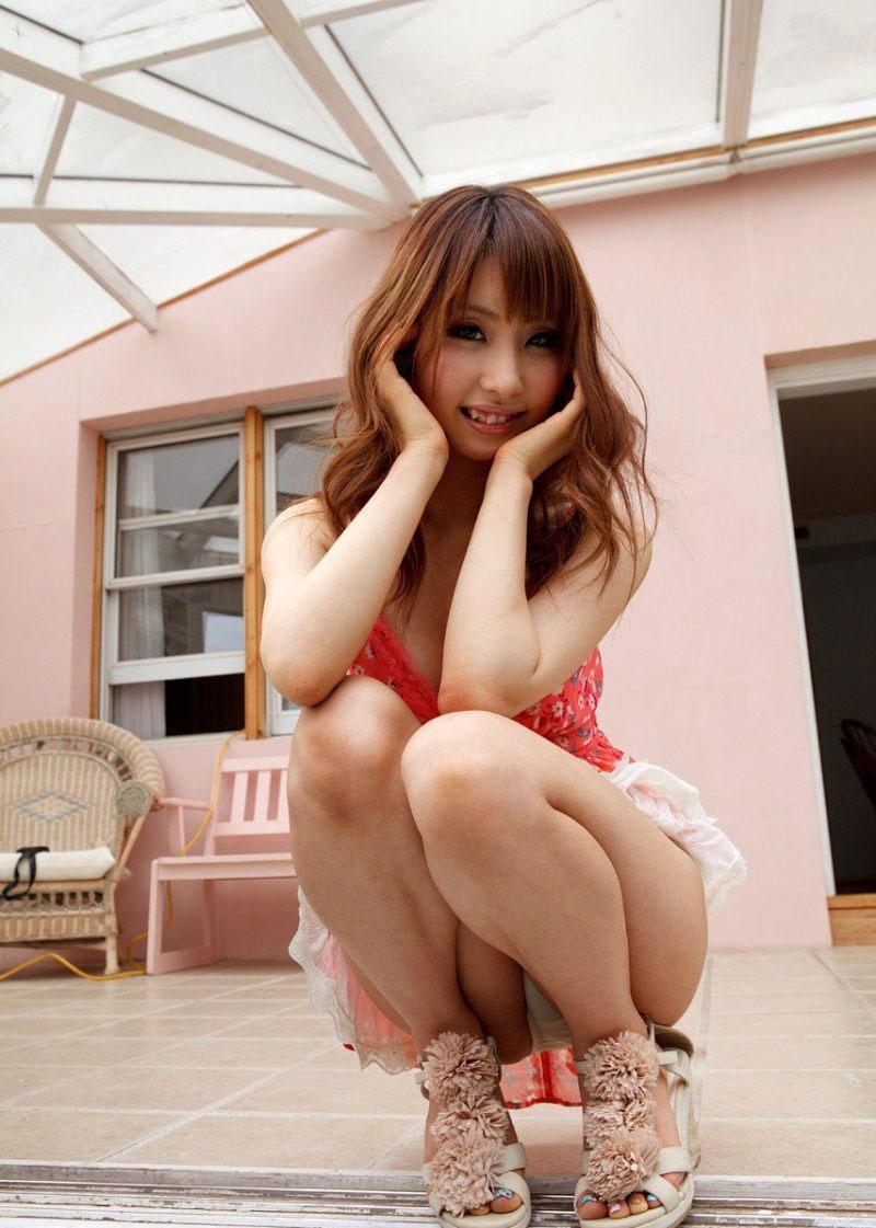 【パンチラエロ画像】しゃがみこんだ女の子の股間に視線釘付け不可避!www