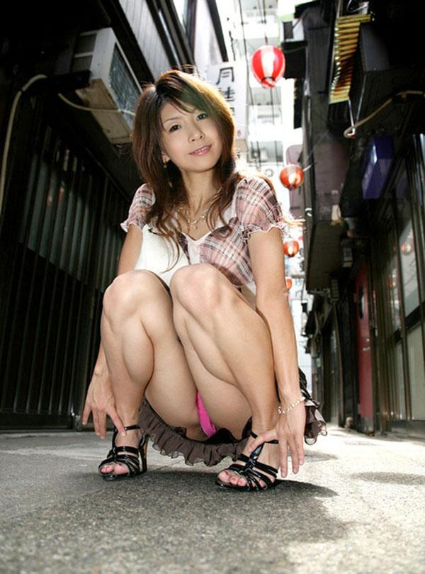 【パンチラエロ画像】しゃがみこんだ女の子の股間に視線釘付け不可避!www 02